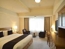 本館 スーペリア ダブル(32平米)フロントもある本館の客室はアクセスもよく快適です。