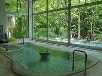 大浴場文殊湯、渓谷を望む景色、混浴の内湯と野天風呂