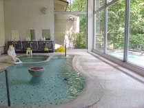 混浴大浴場文殊湯内湯と野天風呂。身障者と付き添いが一緒に入浴出来るよう混浴を残してあります