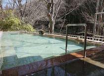春・混浴野天風呂。ぬる湯の長湯が鹿教湯温泉の昔からの入浴法です。