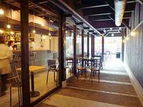 カフェ横通り道「風の道」カフェを通った先に小宿縁の玄関口がございます。