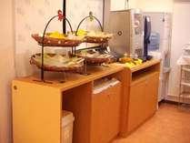 朝食の置かれたサービス台