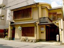 ■外観■建仁寺の西門前に佇む宿。京阪四条から徒歩3分・阪急四条河原町駅からも徒歩8分の好立地♪