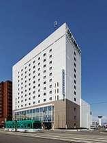 ホテル外観と市電新幹線カラー