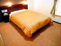 140cmの幅のダブルベッドを使用したダブルルーム。