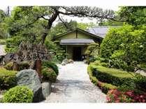 入口看板と玄関 沢山の木々が出迎えてくれます。田舎情緒を楽しんでください。