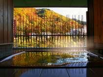 お風呂画像は、展望風呂の窓を全開にし左に寄せ、対岸からの目隠しをロールアップして撮影致しました。