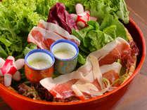 新鮮野菜と生ハムハモンセラーノのサラダ。野菜が美味しいと評判です。