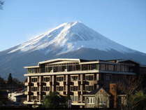 雄大な富士山とホテル外観