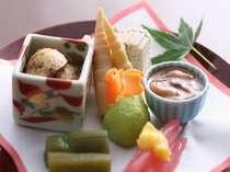 季節の味・飛騨ならではの味を一皿に♪目にも嬉しい夕食が始まります(一例)
