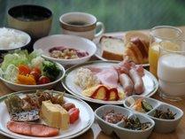 和食と洋食のバイキング料理。窓から見える森と渓谷を流れる川の音を聞きながら。