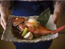 【名物料理】金目鯛のあたみ煮は調理長特製のタレで煮付けたオリジナルの1品。リピータ様にも評判です。