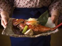 【名物料理 金目鯛のあたみ煮】金目鯛のあたみ煮は調理長特製のタレで煮付けたオリジナルの1品。
