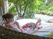 【露天風呂付プレミアムスイート(禁煙)】緑豊かなウッドテラスで極上のひとときをお過ごしください。