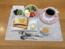 *nikoモーニングセット(例)/厚切りホテルブレッドやハムサラダ・フルーツなどをご用意。