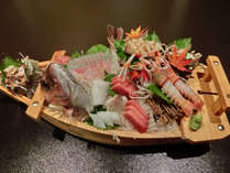 一番人気の5種の船盛。お部屋食でごゆっくりお召し上がりください。