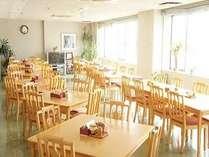 広い朝食会場♪朝の日差しが心地よいですよ♪