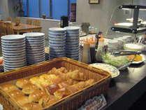地元の食材を使ったビュッフェ朝食♪(料理25種、ドリンク6種)