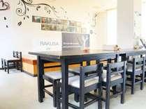 フロント横のコミュニティルームには共用キッチン・Wi-Fi・自動販売機・無料ランドリールームあり。