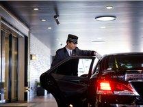 お車の誘導はドアマンにおまかせください。