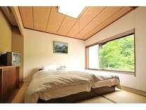 山小屋のお部屋から望む神奈山は絶景 色んなタイプのお部屋があります。