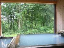 源泉かけ流し硫黄美冷泉露天風呂(25~30℃)内湯42°と交互浴をおすすめします。