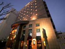 清水駅前大通りに佇む。欧米のプチホテルを思わせる優雅な外観。女性も安心です。