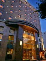 JR清水駅より徒歩1分、大通りに面したホテルです。駐車場はすぐ隣にございます。