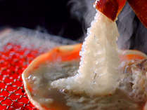 蟹みその甲羅焼きにカニさしをからめて食べる【のとや流】