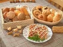 朝食はホカホカ自家製パンにフレンチトースト付