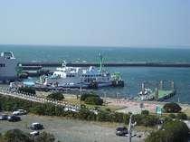 宿の6階から眺める港景色。フェリーの往来も楽しめる