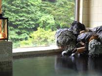 新緑の天然温泉。泉質は良好。