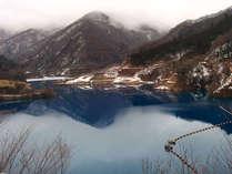 撮影スポットとして著名な奥四万湖は叶屋旅館から車で約5分の距離です。