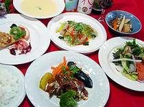 夕食一例手作り料理が中心です、夏はオーナーの自家製無農薬野菜やハーブがタップリ