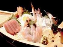 新鮮な魚ならではの舟盛。海辺ならではの味を堪能。