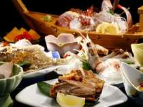 新鮮な舟盛とマグロのカマ、手長えびのにカレイの唐揚等ファンも多い定番の夕食