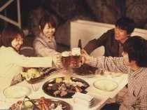 これから親しい仲間と楽しく食事♪かんぱ~い!