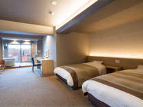 テラススイート ツイン(禁煙)客室イメージ シモンズ社製ベッド、大型ガラス、ここはモダンリゾート。