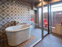 テラススイート ツイン(禁煙)浴室イメージ 信楽焼のお風呂と大型ガラスによる開放感