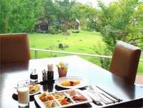 中庭の緑を眺めながらの朝食