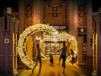 巨大な時計盤のサークル・イルミネーションがタイムトラベルの世界へと誘います。