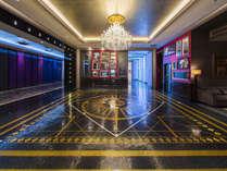 タイムズスクエアをイメージした広場には、金箔入りのモザイクタイルが光るホテルロゴが。