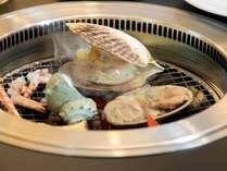 無煙ロースターで海鮮グリルを体験(スタンダードコースビュッフェ&海鮮グリルプランをお選びください)。