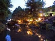 夕暮れに染まる清流と宿外観…静かに流れる時をお愉しみ頂けます