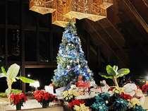 ホテルロビーに登場するビュークリスマスツリー