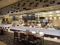 グリルブッフェレストラン「サンセット」ではライブキッチンで出来立てを味わえます。