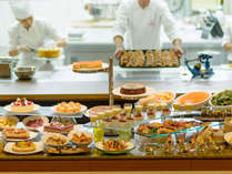 オープンキッチンの開放感あるブッフェレストラン レイール