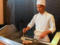 ディナーブッフェ ライブキッチン お客様にお肉またはお魚をセレクトして頂き、シェフが目の前で調理