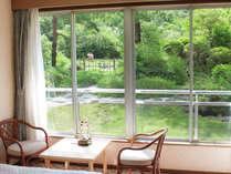 目の前に自然を感じられる、1階のお部屋からの眺め。箱庭程度の専用のお庭をお楽しみ頂けます。