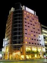 夜 高知駅側から見たホテルの外観です。